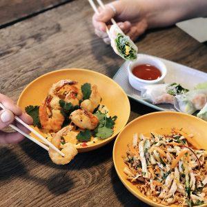 салат с креветками на долгоозерном рынке